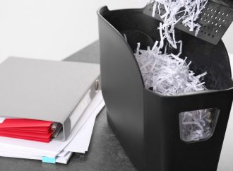 Ochrona danych osobowych – niezbędne akcesoria w biurze