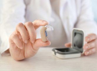 Osuszanie aparatów słuchowych – dlaczego jest ważne i jak zrobić to prawidłowo?