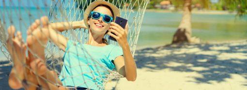 Jak zadbać o bezpieczeństwo i stan smartfona podczas wakacyjnego urlopu?